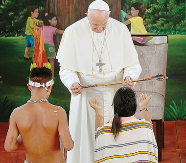 Papa Francesco tra gli indios in Colombia nel 2017. Foto Ansa / Epa Luca Zennato