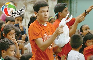 Giovani volontari impegnati nella distribuzione di aiuti (dal video ufficiale del Mese Missionario).